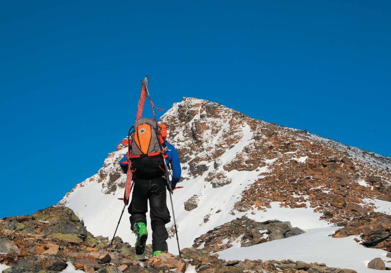 Svein Mortensen skuer toppen på Andersdalstinden. Foto: Espen Nordahl. / Toppturer i Troms.