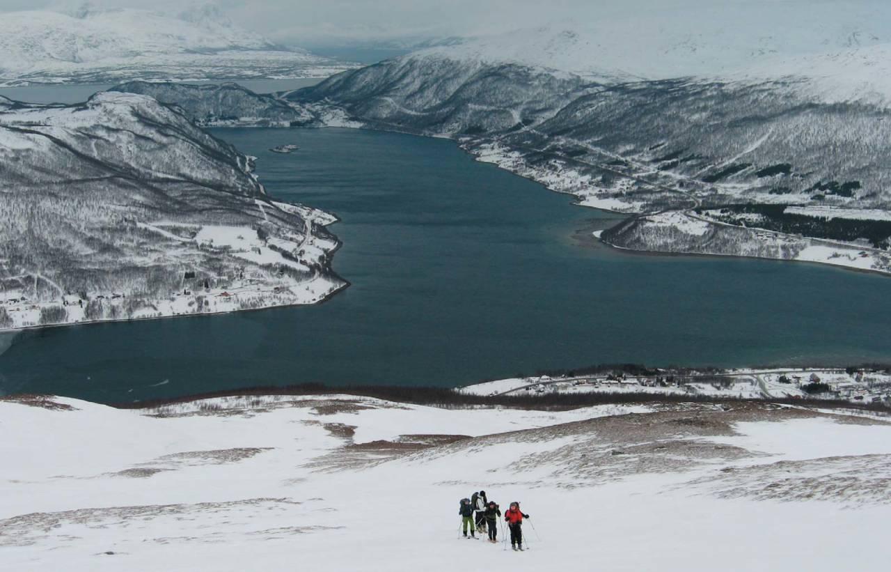 Lite snø? Alltid noe spennende å finne for skredkursdeltakere. Her på vei opp mot Fagerfjellet. Foto: Espen Nordahl. / Toppturer i Troms.