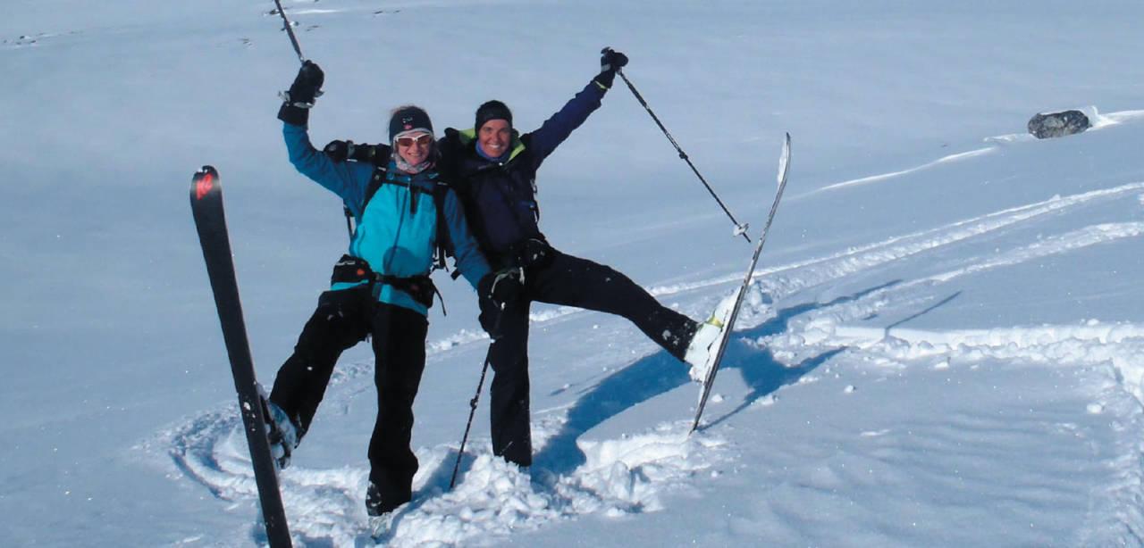 Karsje Westerdijk og Kirsten Marienhagen smiler bredt etter flott nedkjøring fra Finnheimfjellet; Foto: Heidi Berg. / Toppturer i Troms.