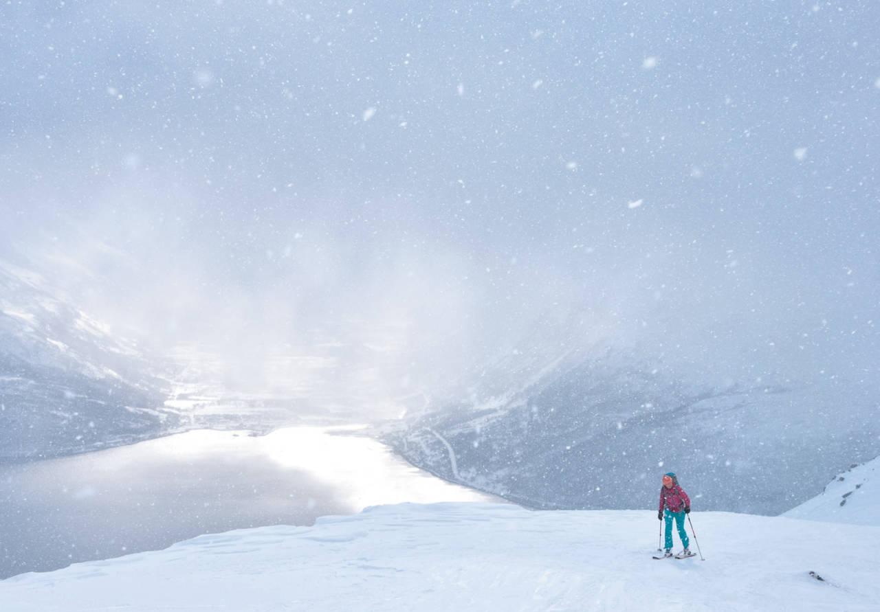 Lett magisk ramme rundt Heidi Bergs siste metre inn mot toppunktet på Giilavarri. Foto: Espen Nordahl. / Toppturer i Troms.