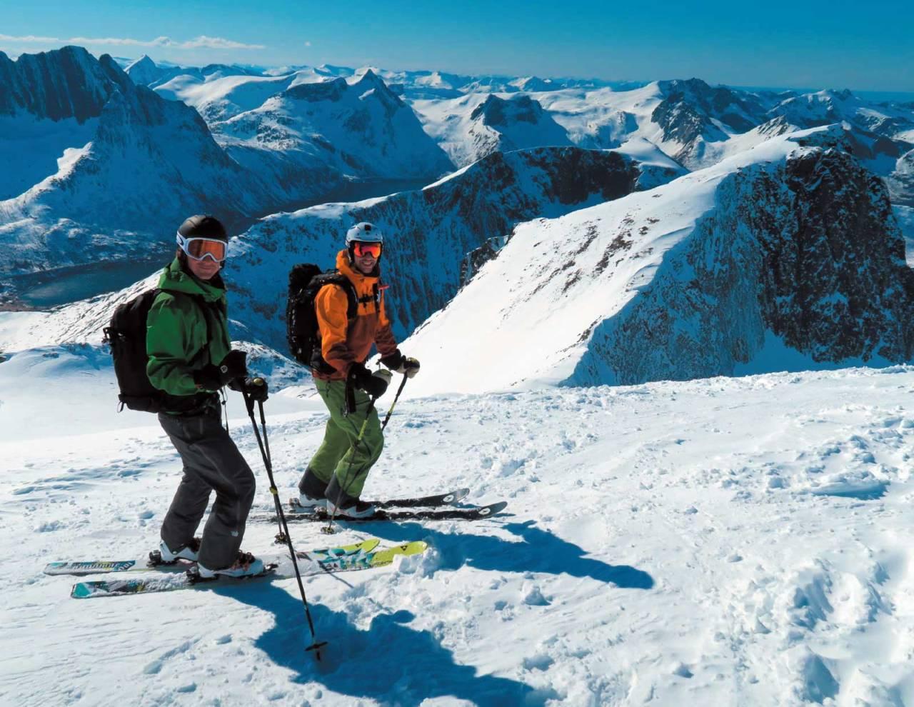 Rickard Markgren og Karl-Johan Wallgren er klare for å nyte nedkjøringen fra toppen av Keipen. Foto Sofia Henriksson. / Toppturer i Troms.