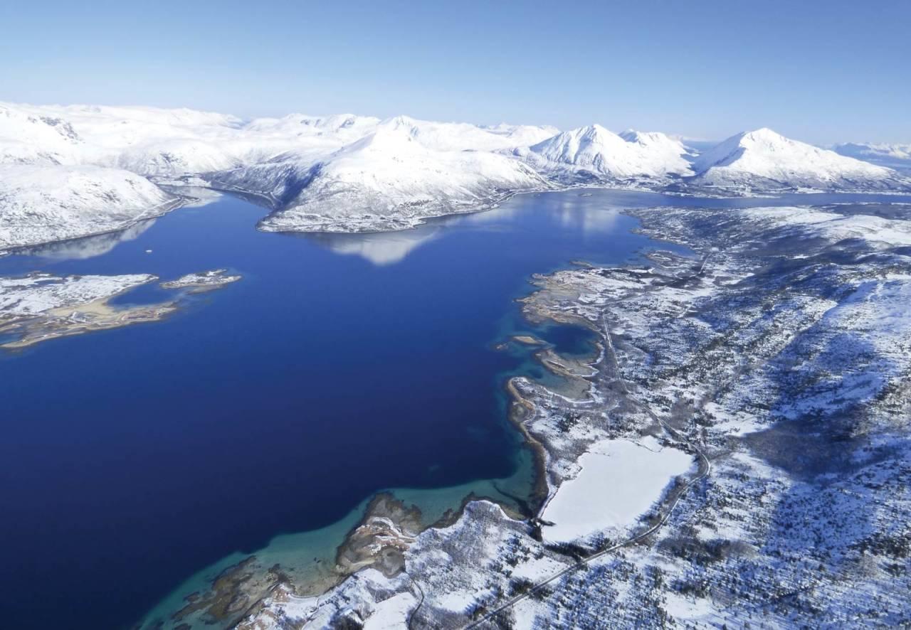 Nydelige Tjeldsund omgitt av fristende fjell. Fra venstre sees Fiskefjorden og Taraldsviktinden, deretter Kongsviktinden og Sætertinden. Bildet er tatt over Tjeldøya.