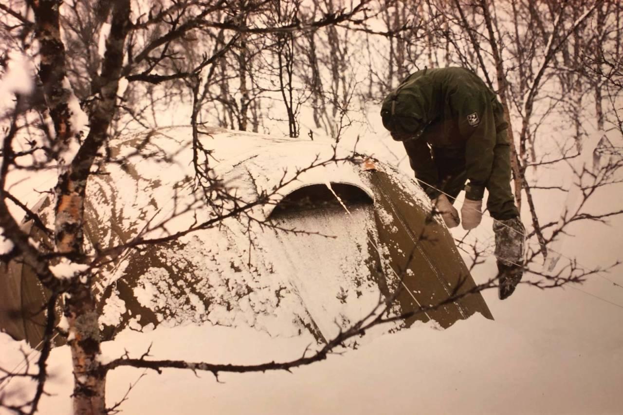 Bardunene på teltet strammes før natten.