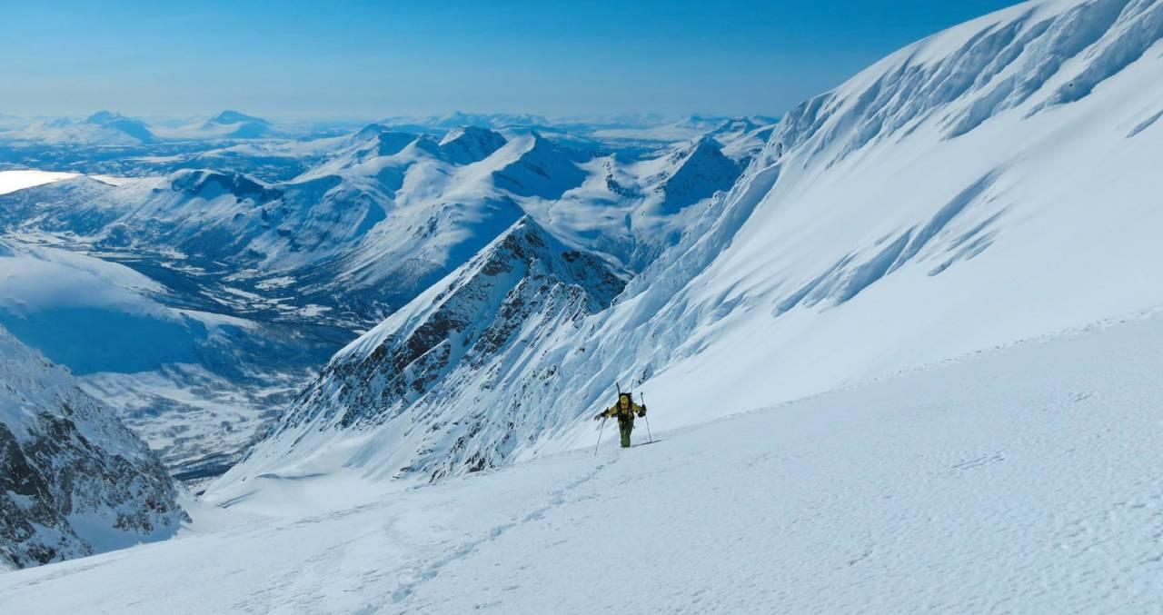 Nesten oppe på Langdalstindane. Karl Johan Wallgren ser frem til å nå toppen. Foto: Sofia Henriksson. / Toppturer i Troms.