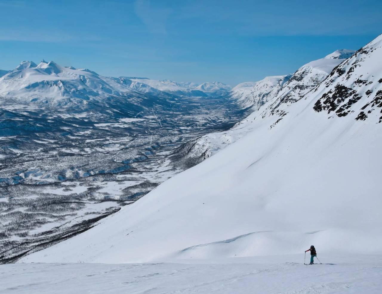 Oppstigning med utsikt. Heidi Berg på vei mot Langdaltinden. Foto: Espen Nordahl. / Toppturer i Troms.