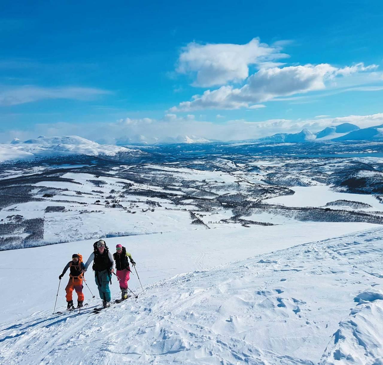 Jim-Cato Johnsen, Maria Rognmo  og Tone Lise Rognmo koser seg skikkelig på vei opp mot Mortenhalsskolten Foto: Ruben Rognmo. / Toppturer i Troms.