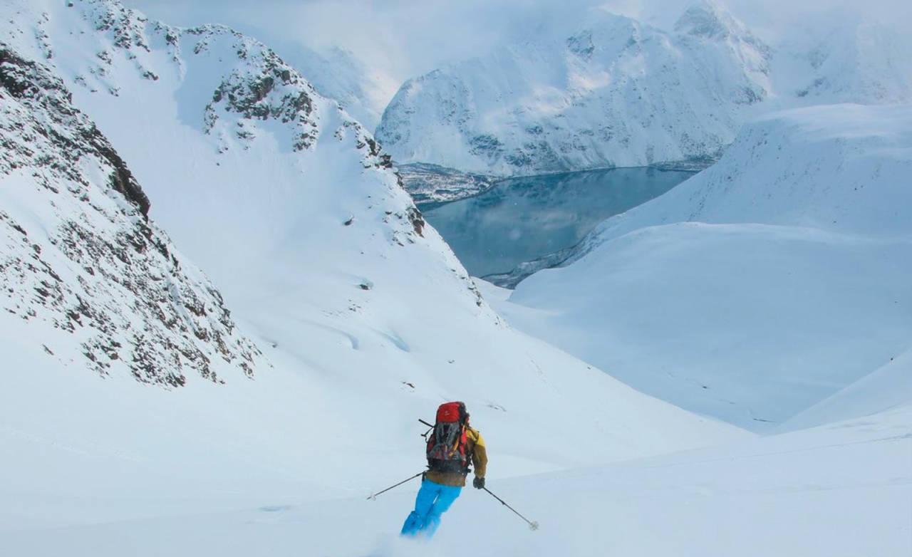 Forfatteren nyter påske og den perfekte herligste snø på vei ned fra Sennedalsfjellet Foto: Svein Mortensen. / Toppturer i Troms.