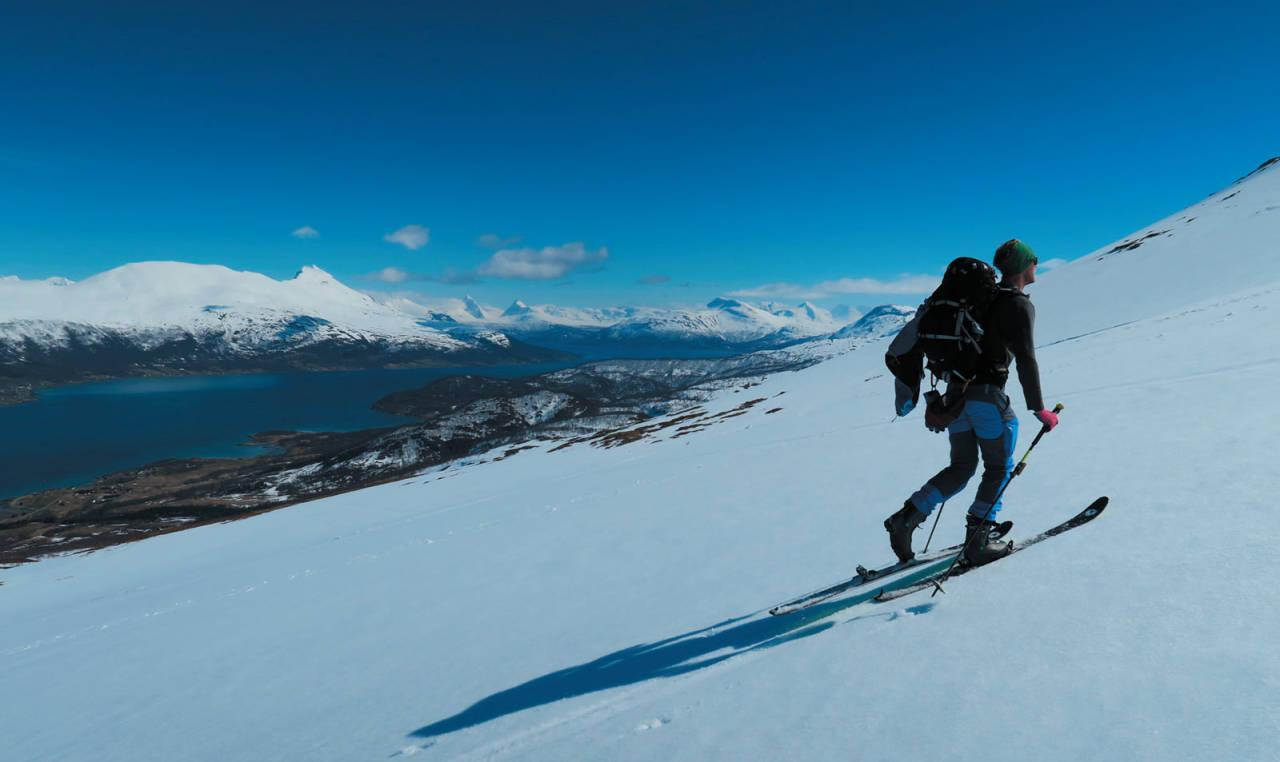 Karl Johan Wallgren sporer på opp mot Slettinden Foto: Sofia Henriksson. / Toppturer i Troms.