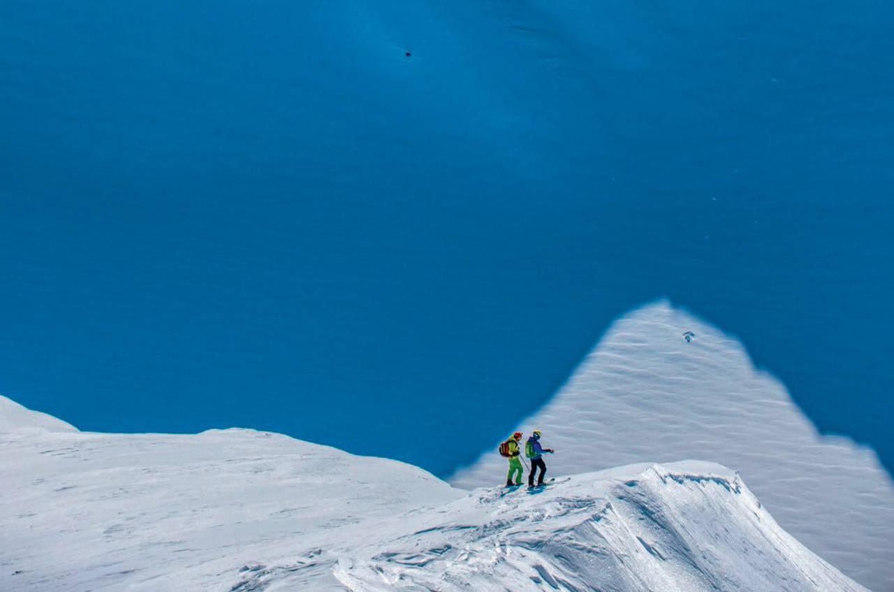 Jani Mankinen og Jari Tarpio skuer etter beste linje ned fra Store Russetinden Foto: Otto Ponto. / Toppturer i Troms.