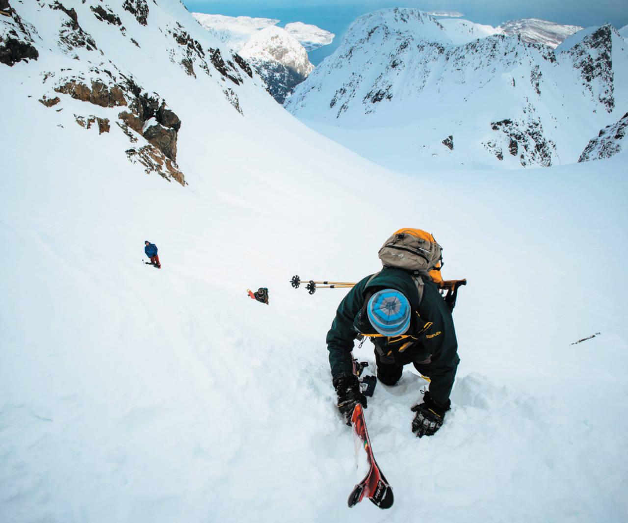 Francesco Ferioli på vei mot Storsandnestinden. Foto: Peter Schön. / Toppturer i Troms.