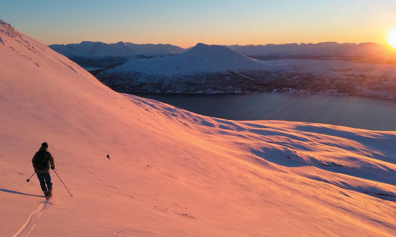 Torgeir Blæsterdalen er klar for å sette telemarkssvinger ned fra Svartnestinden. Foto: Jørgen Haug Myhr. / Toppturer i Troms.