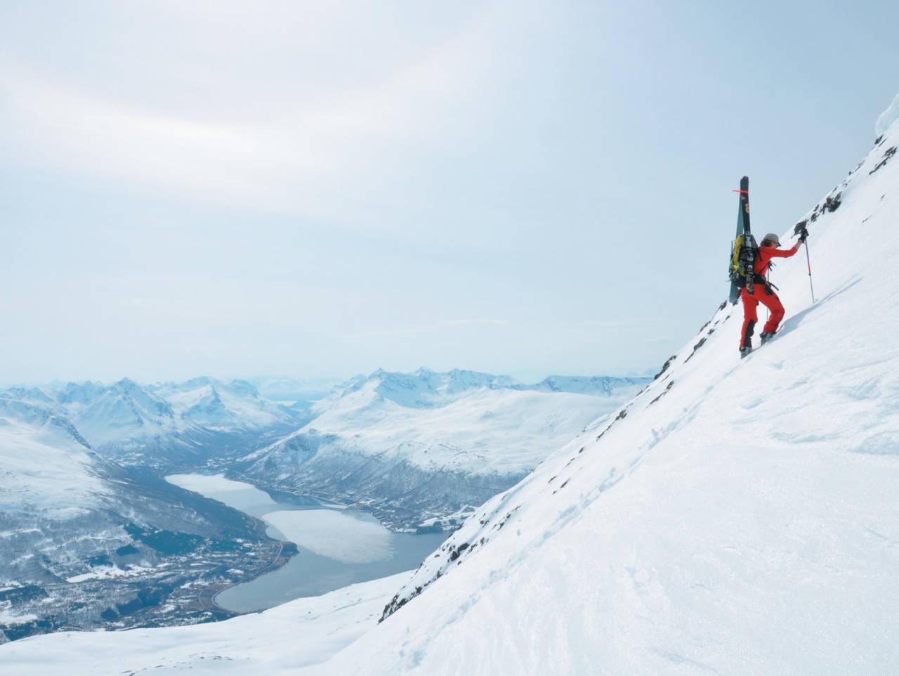 Heidi Berg jobber seg oppover «Bockelie-ruta» på Tromsdalstinden Foto: Espen Nordahl. / Toppturer i Troms.