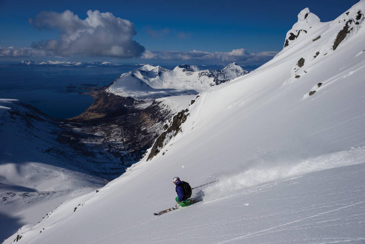 Alexander Aronsen setter skikkelig hælfri sving ned vestsiden av Nona. Dale i bakgrunnen. Foto: Fred Åge Hol