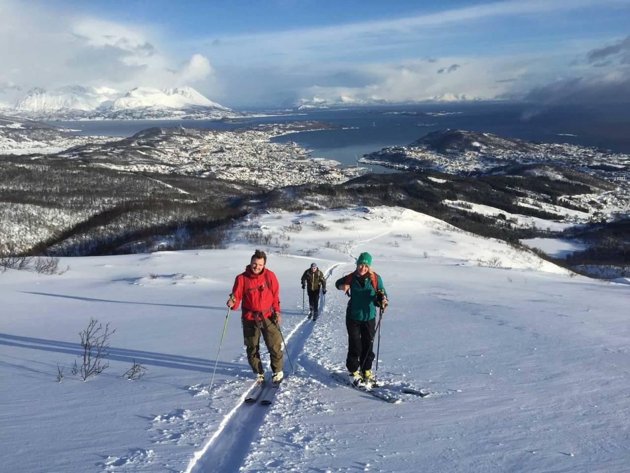 Silje Gry Hanssen og Odd Magne Fagerland på vei opp på Heia, Harstad i bakgrunnen.