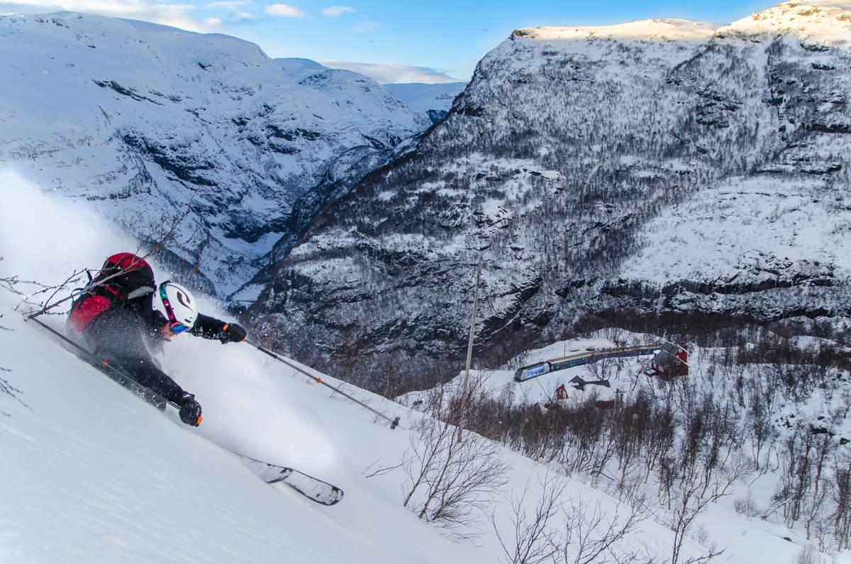 SKI AND TRAIN: Magnus Hovden Utkilen i terrenget rett over Vatnahalsen Hotel og Flåmsbana. Foto: Øyvind Waitz