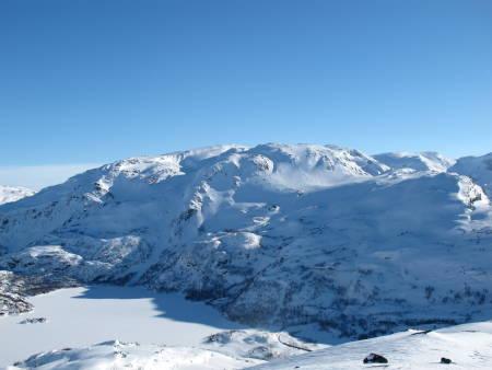 Broksen-massivet har et området med mange alternative nedkjøringer. I denne skiføreren er det listet opp 13 forskjellige nedkjøringer fra Broksenmassivet.