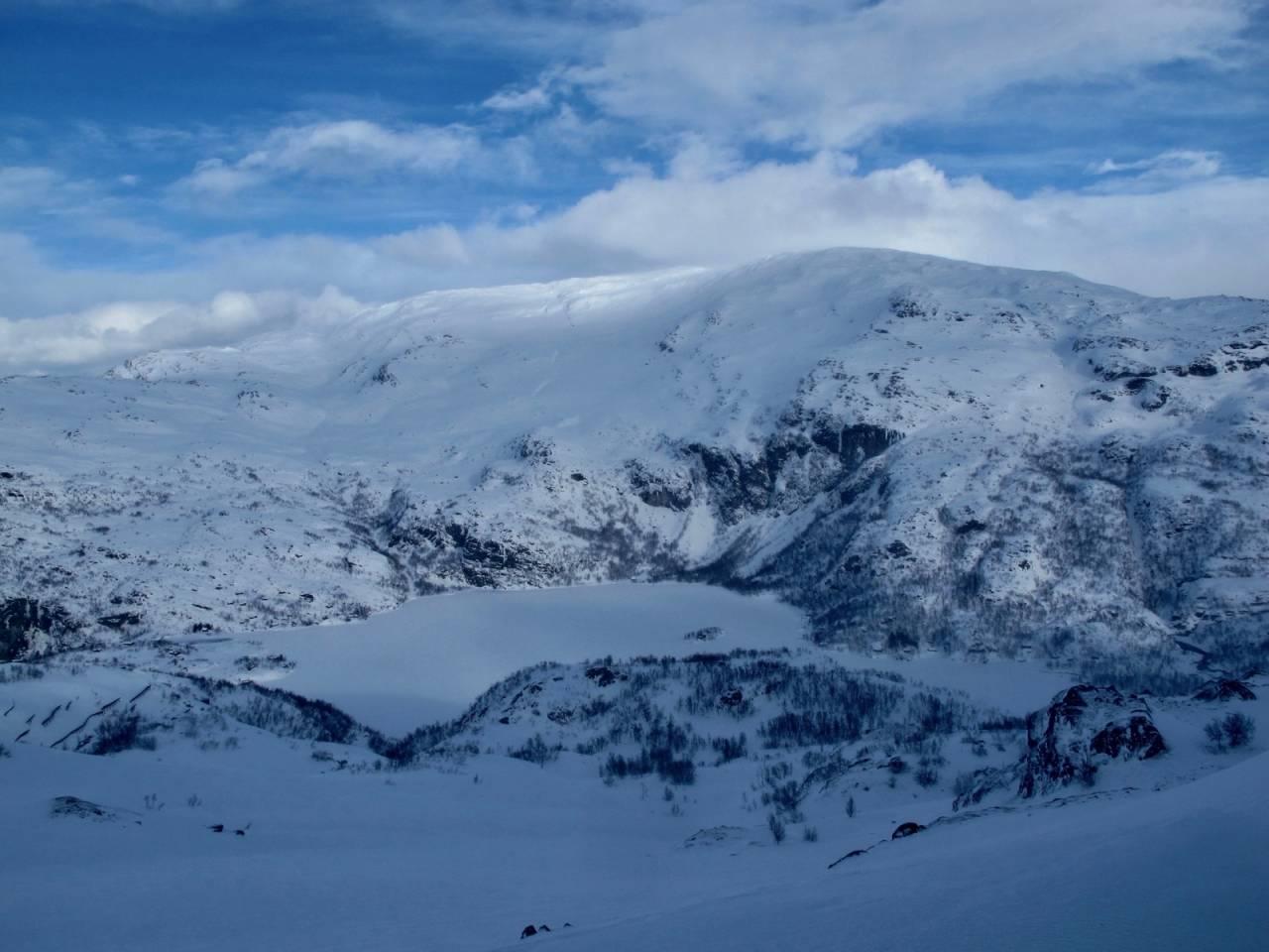 Tarven er det høyeste fjellet i området rundt Vatnahalsen, og har flere alternative nedkjøringer med ulik bratthet.