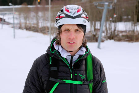 TEKNIKKTIPS: Ola Hovdenak viser hvordan du går og kjører på lette toppturski. Foto: Skjermdump