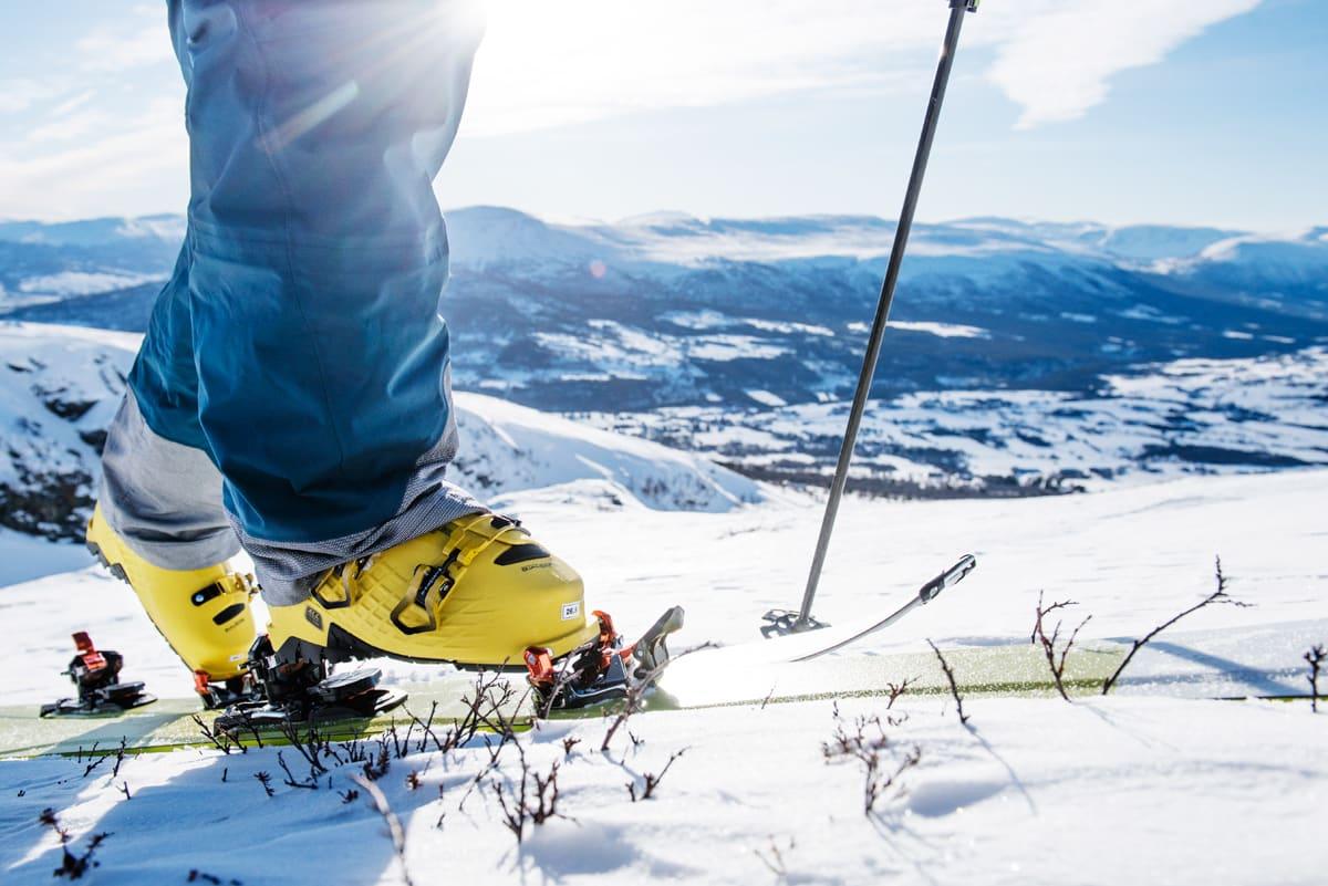 GODT SKODD: Med gode bindinger og støvler kan du dra på med bra fart uten skiheis. Med noen av triksene i denne artikkelen slipper du gnagsår også Foto: Martin Innerdal Dalen
