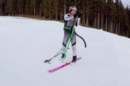 FELLER: Ola Hovdenak viser deg hvordan du tar på fellene. Foto: Skjermdump