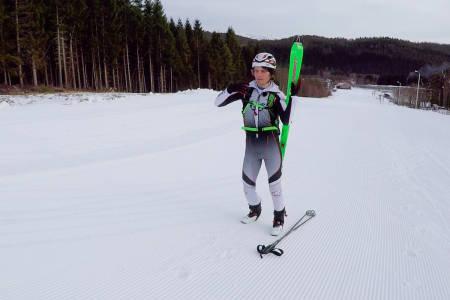 SKI PÅ OG AV: Ola Hovdenak viser deg hvordan du tar av og på skiene. Foto: Skjermdump