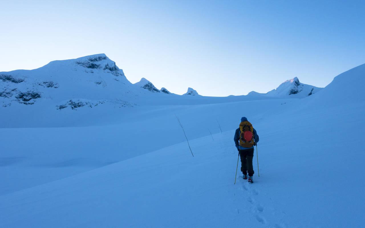 TIL FOTS: Sigurd får gradvis øye på mer og mer av traversen mens han følger stikka løype ved Leirvassbu. Ikke for 3-rettersen der, men en 8-retters dagstur. Foto: Erling Magnus Solheim