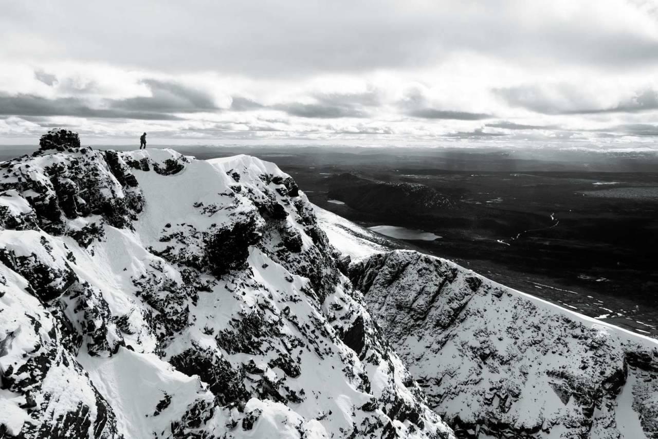 GOD UTSIKT: Sølen ligger litt for seg selv i Rendalen, noe som gir god utsikt fra toppen. Du kan ane renna mellom fjellveggene til høyre i bildet.