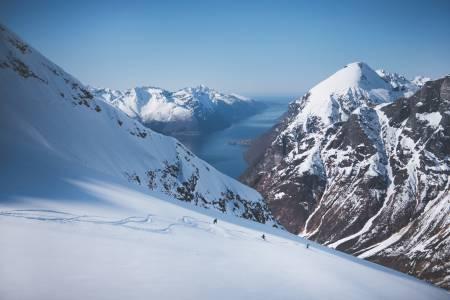 POSTKORT: Ser dette ut som et postkort eller en heliskiannonse? Nei, det er bedre enn det, du har en fjord i bakgrunnen. Dere nordmenn har det best i deres egen bakgård, melder Jonsson. Alle foto: Max Lowe