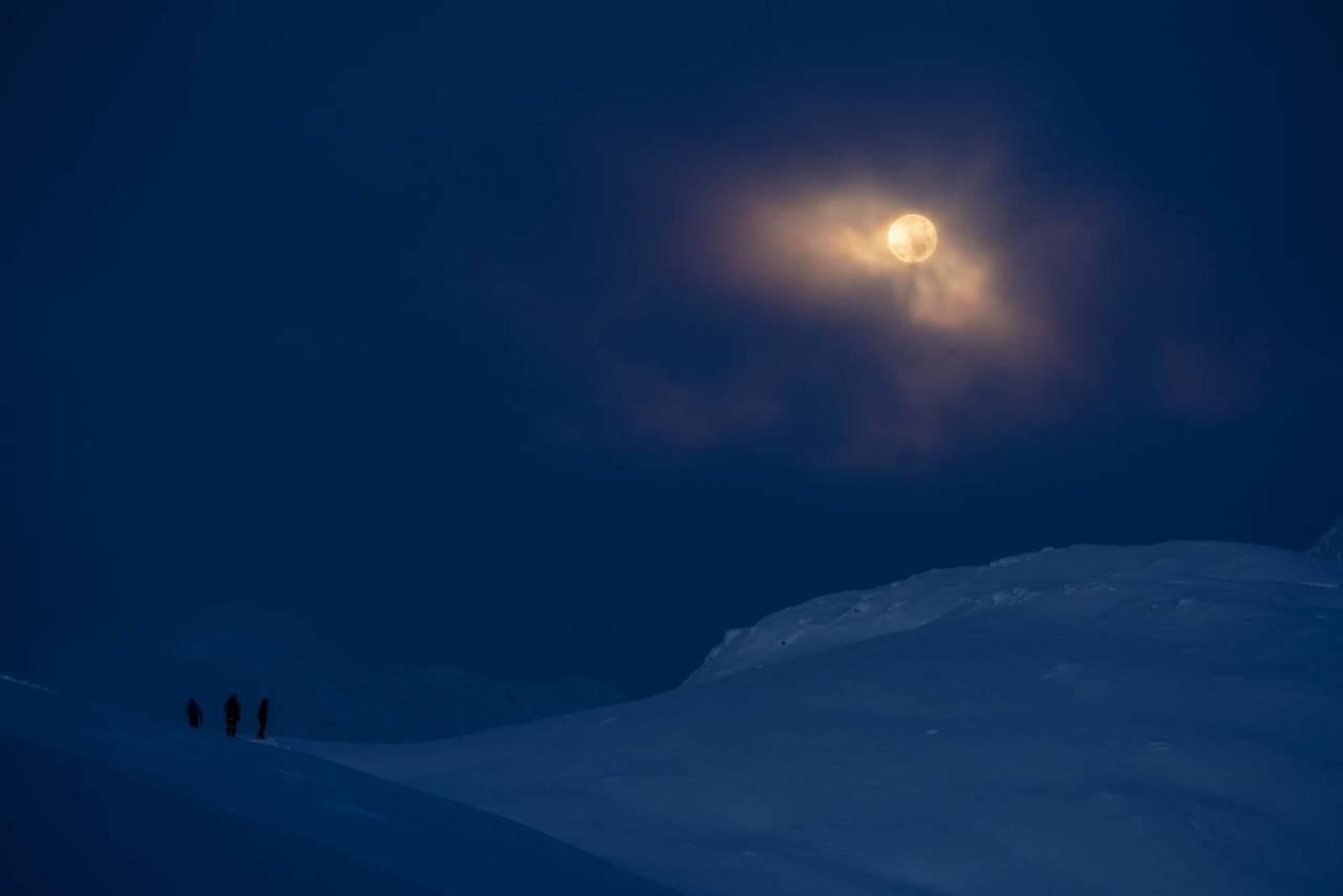 ULV, ULV: Karl-Kristian, Sondre og Knut-Hendrik nyt synet av ulvemånen som titta fram då blodmånen takka for seg. Månen og skyene skapa ein trolsk stemning i dei vakre morgontimane på fjellet.
