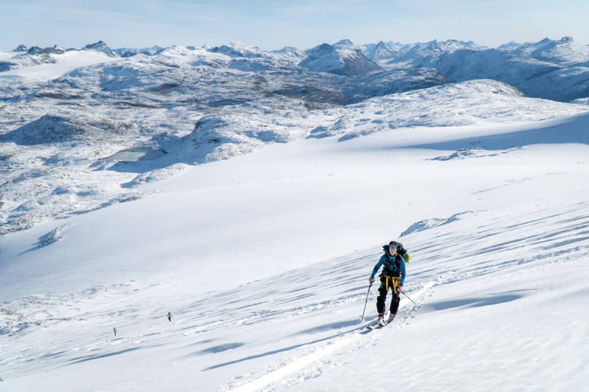 STEINDALSNOSI: Her er Mikel Gonholt på vei opp Steindalsnosi. Foto: Tim Maarten Riesen
