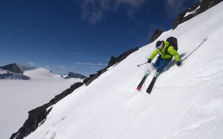 VÅRSLØSJ: Stian Hagen gjør unna dagens tredje nedkjøring, fra Vakkerbandet mot Søre Illåbrean.