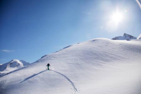 SPENT: Robert Henry Kleiven trasker sine siste høydemeter opp mot fjellformasjonen han har siklet på siden ungdomsskolen.