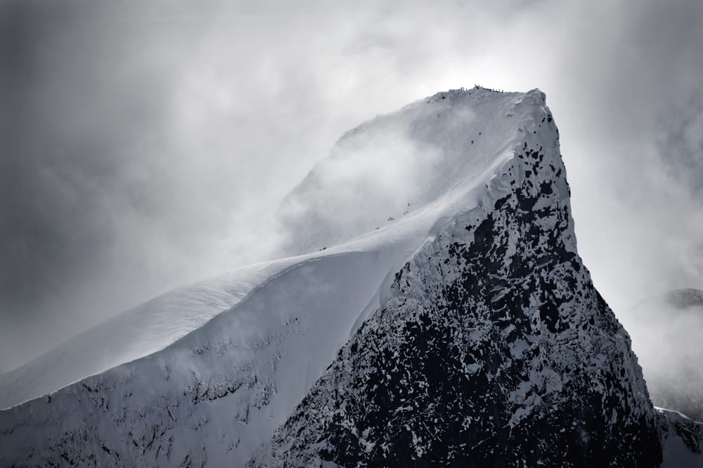 EN AV MANGE: Store Ringstind er en av tusenvis av flotte toppturfjell på Vestlandet. Her får klassikeren i Hurrungane storbesøk under High Camp Turtagrø. Foto: Martin I. Dalen