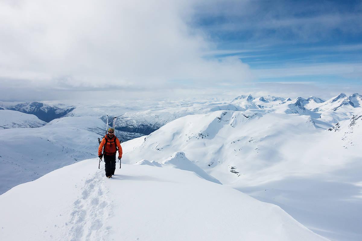 TOPPEN: Erling Magnus topper ut og innser at håpet om å få bruk for to isøkser var optimistisk. Hurrungane skimtes i bakgrunnen. Foto: Erling Magnus Solheim