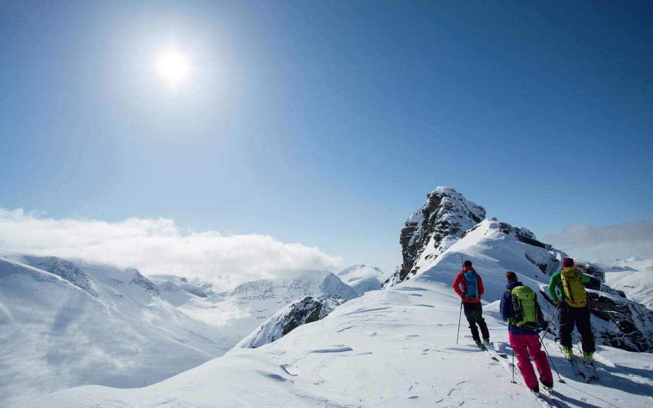 STARTEN: …eller slutten. Dette er i hvert fall punktet hvor skiene må av hvis du skal til topps og hvor den mest spennende nedkjøringa starter. Erik Martinsen, Janette Hargin og Markus Wassdahl studerer veien videre.