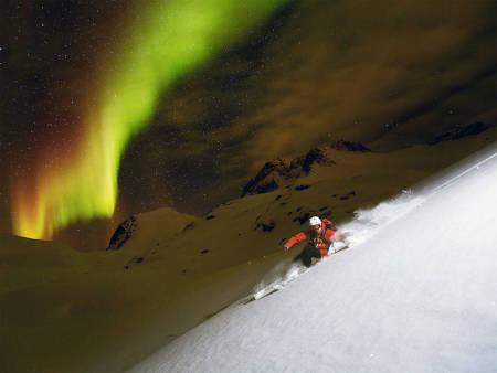 NORDLYS-SPESIAL: Det er ingen tvil om at skikjøring med nordlyset hengende over seg er en opplevelse av de sjeldne. Foto: Fredrik Schenholm