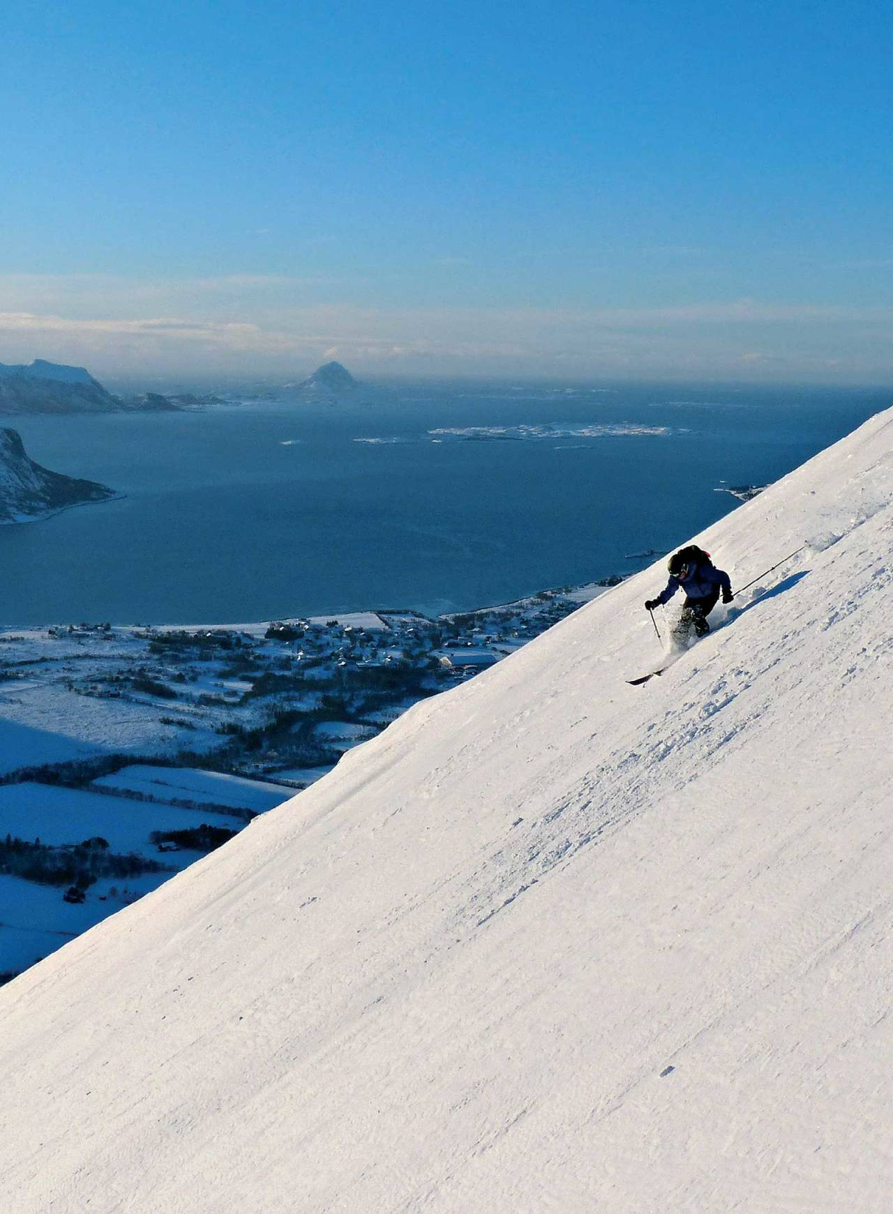 Per Arne Segtnan nyter februarsnøen ned sydflanken på Breidtinden. Foto: Torgeir Kjus. / Toppturer rundt Bodø.