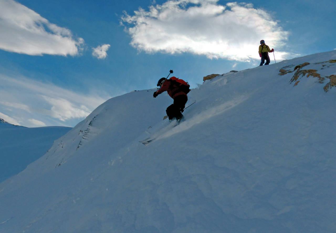 Jacob Palmer Meland drar ned nordøstflanken fra Galtskardet. Foto: Torgeir Kjus. / Toppturer rundt Bodø.