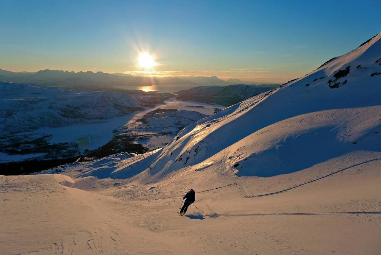 Half pipen på Heggmotinden gir nesten alltid bra skiføre. Anders Bonsak nyter februarsol og bra føre. Foto: Lene Pedersen. / Toppturer rundt Bodø.