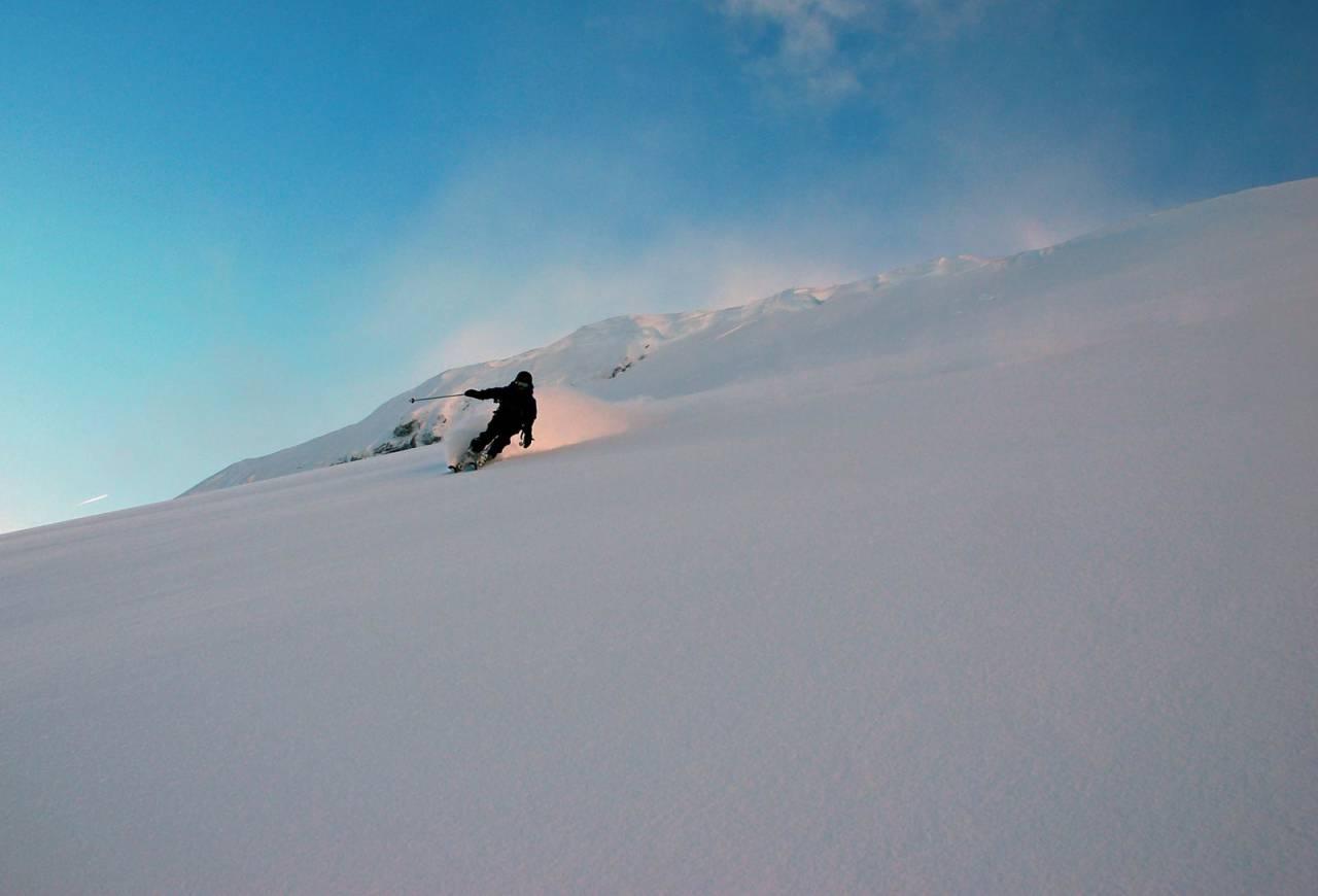 Ida Collett Ulimoen drar på ned sydøstflanken på Innertinden. Foto: Torgeir Kjus