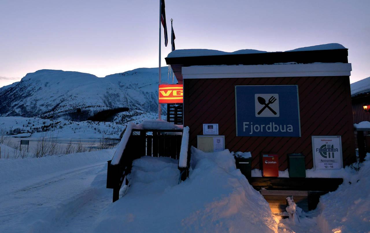 Fjordbua med verdens hyggeligste betjening – et soleklart stoppested etter en skitur i området. Skjellviknubben i bakgrunnen. Foto: Lene Pedersen. / Topptur rundt Bodø.
