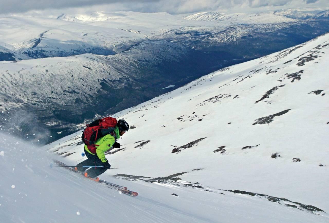 Torgeir Kjus på den jevnt bratte nordøstryggen. Foto: Jan Seemann. / Toppturer rundt Bodø.