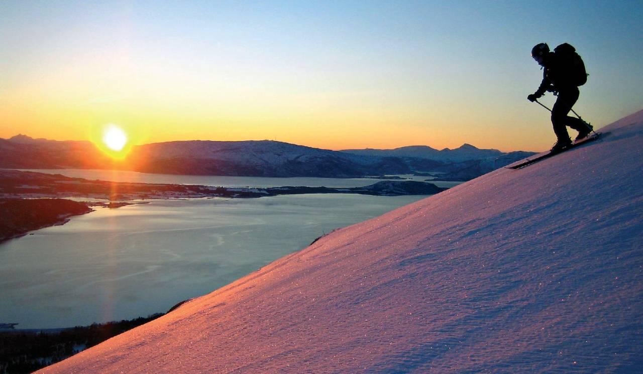 I januar må man gjerne litt opp i høyden for å se de første solstrålene. Og det er den samme frydefulle gleden hver gang. Foto: Åse-Britt Godø. / Toppturer rundt Bodø.