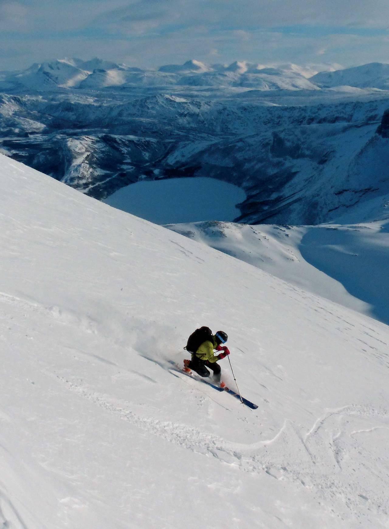 Jonas Hillmo velger telemarksvinger ned sydøstflanken på Rundtinden. Foto: Torgeir Kjus. / Toppturer rundt Bodø.
