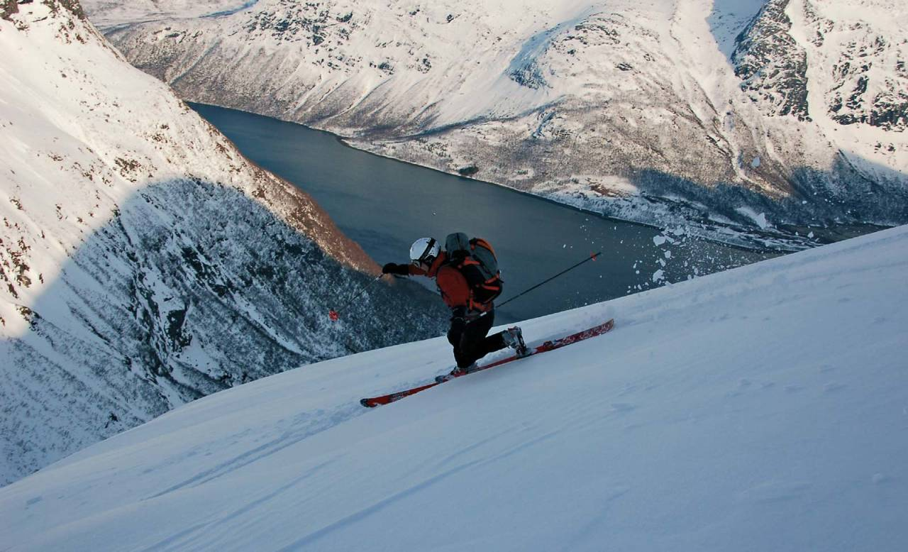 Lene Pedersen ned fra Skeistind. I Einarvika venter telt, mat og påskegodt. Foto: Torgeir Kjus