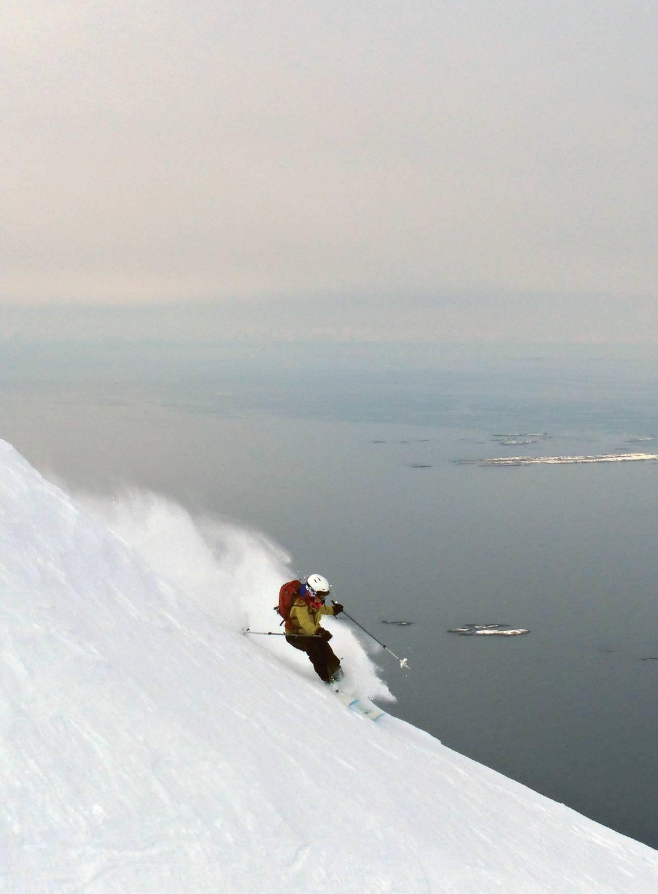 Helene Brustad-Nilsen setter utfor nordøst siden på Skjeggen. Vestfjorden og Lofotveggen i bakgrunnen. Foto: Torgeir Kjus