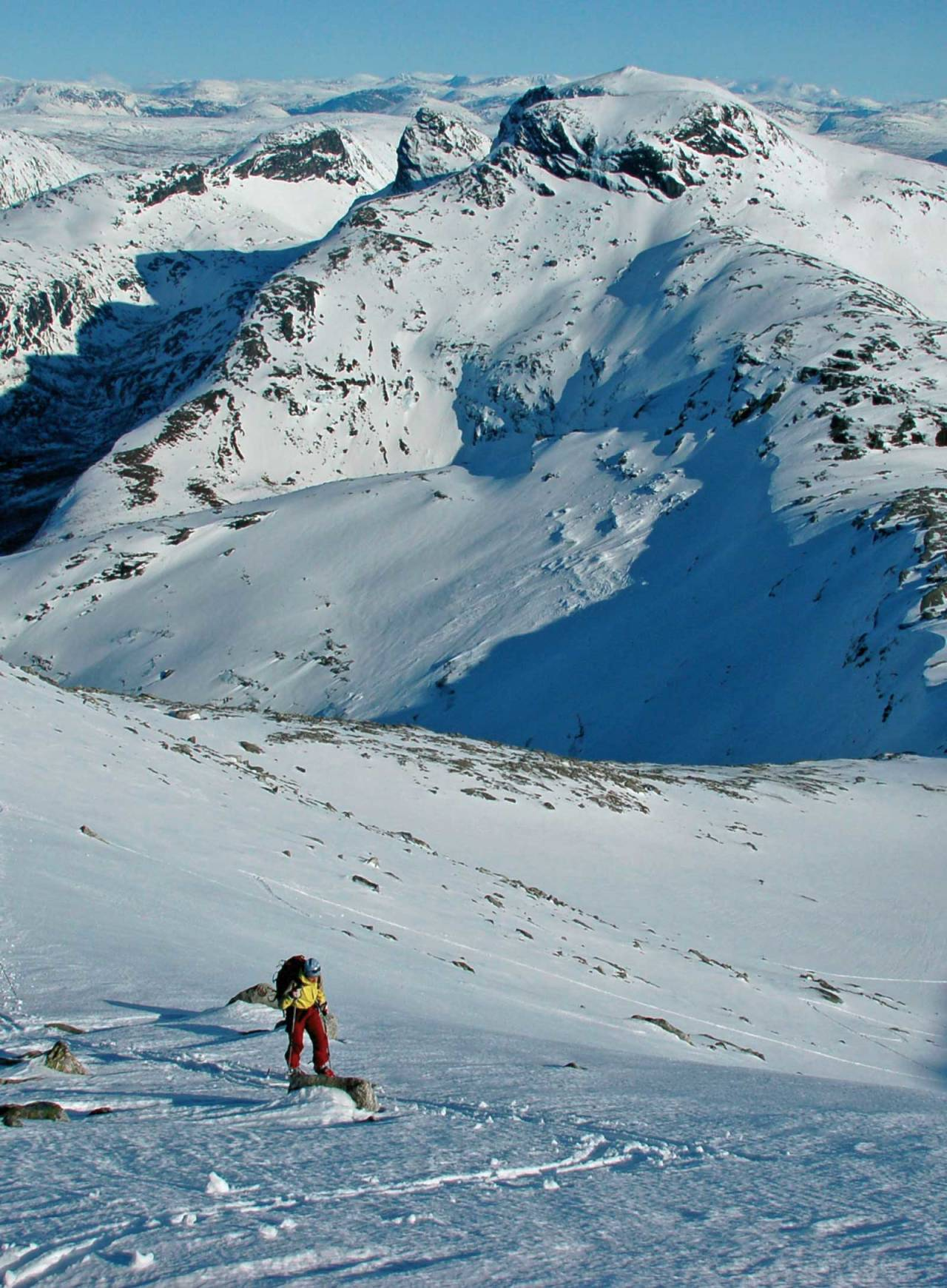 I sørøstflanken på Bogvasstinden med Slurvpåltinden i bakgrunnen. Foto: Torgeir Kjus. / Toppturer rundt Bodø.