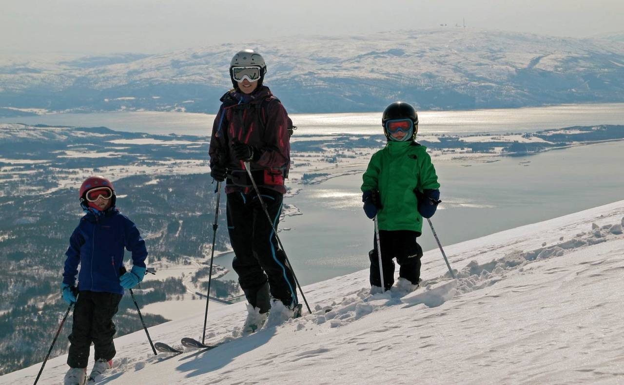 Familien Brenna-Mortensen på Nattmålstuva vinteren 2013. Elvine (8 år), Iselin og Tinre (5 år). Foto: Gaute Brenna-Mortensen. / Toppturer rundt Bodø.