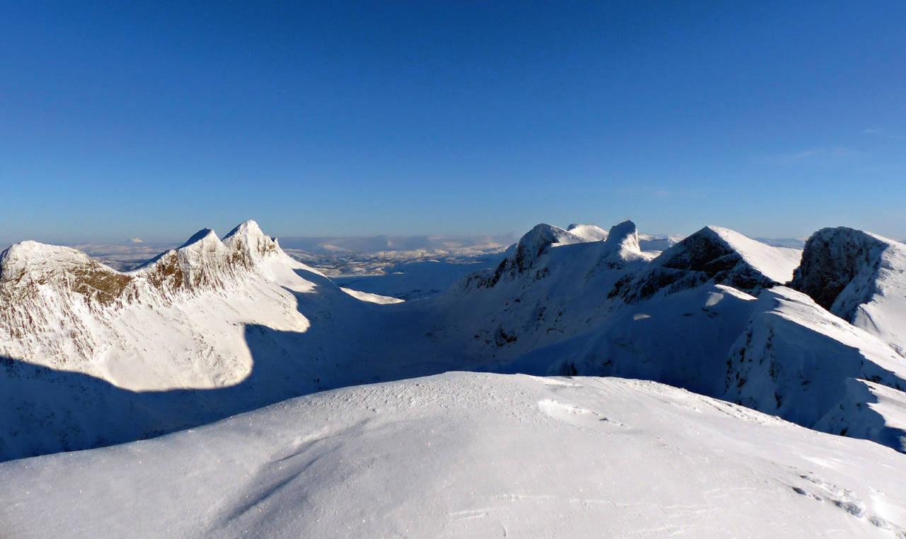 Børvasstindane med Børtindrekka i sol og Falkflågtindan i skygge. Spisstinden nummer tre fra høyre. Foto: Tor Erik Slette