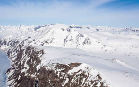 Dag 1. Starter med en rolig, slak oppgang til toppen av Besshøe (2258 moh), før man kjører ned renna på sydøstsiden og deretter følger det som på sommeren er første del av Besseggen ned til Memurubu. Foto: Marte Stensland Jørgensen / Fra Høgruta i Jotunheimen